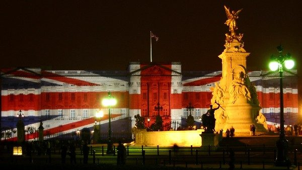 2741buckingham_palace_-_new_year_night